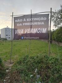 """Lona com a frase """"Não à extinção da Freguesia. Viva Vermoim!"""""""